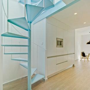 Diseño de escalera de caracol, mediterránea, pequeña, sin contrahuella, con escalones de metal