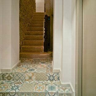 Ejemplo de escalera recta, mediterránea, pequeña, con escalones con baldosas y contrahuellas con baldosas y/o azulejos