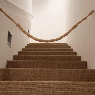 Diseño de escalera recta, escandinava, pequeña, con escalones enmoquetados y contrahuellas enmoquetadas