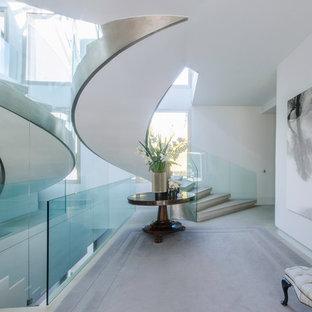 Esempio di una scala a chiocciola design di medie dimensioni con pedata in cemento e alzata in cemento