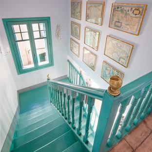 Diseño de escalera en L, clásica renovada, con escalones de madera pintada y contrahuellas de madera pintada