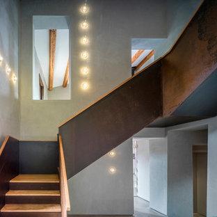 Idéer för en stor lantlig l-trappa i trä, med sättsteg i metall