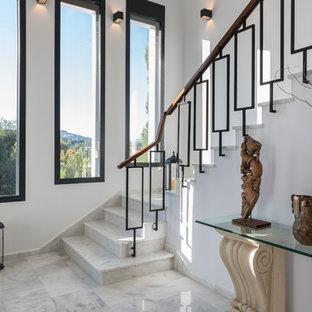 Exempel på en mellanstor klassisk l-trappa i marmor, med sättsteg i marmor