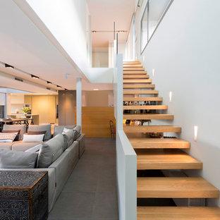 Foto de escalera recta, actual, sin contrahuella, con escalones de madera