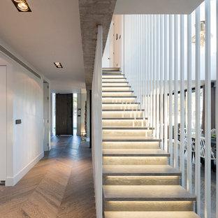 Ejemplo de escalera recta, actual, de tamaño medio, con escalones de madera
