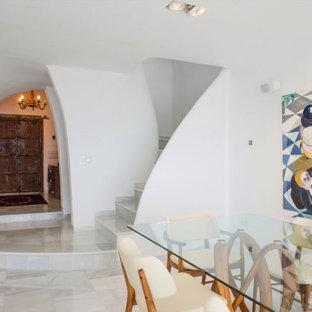 Diseño de escalera curva y ladrillo, actual, grande, con escalones de mármol, contrahuellas de mármol, barandilla de varios materiales y ladrillo