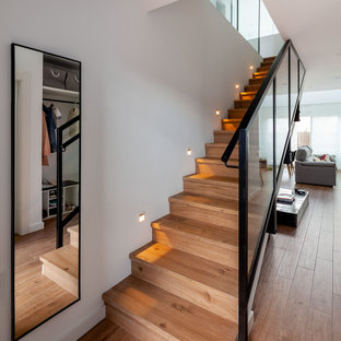 Diseño de escalera recta, contemporánea, de tamaño medio, con escalones de madera, contrahuellas de madera y barandilla de varios materiales