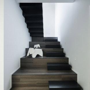 Diseño de escalera en U, moderna, con escalones de madera y contrahuellas de madera