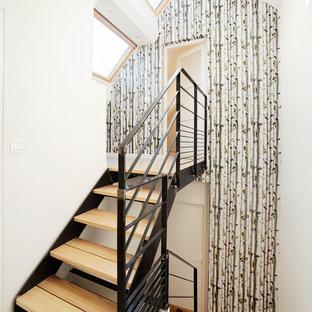 Cette image montre un escalier sans contremarche droit nordique de taille moyenne avec des marches en bois.