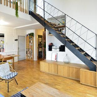 Ejemplo de escalera recta, nórdica, sin contrahuella, con escalones de madera y barandilla de metal