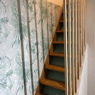 Imagen de escalera recta y papel pintado, moderna, de tamaño medio, con escalones de madera, contrahuellas de madera, barandilla de madera y papel pintado