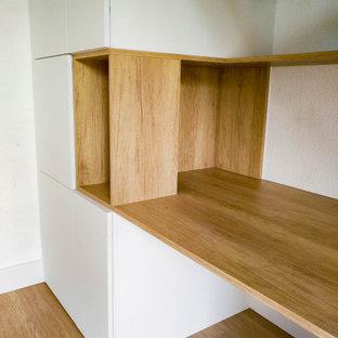 Imagen de escalera recta y papel pintado, moderna, de tamaño medio, sin contrahuella, con escalones de madera, barandilla de madera y papel pintado