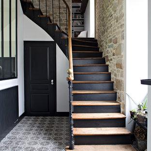 Diseño de escalera en L, tradicional renovada, con escalones de madera, contrahuellas de madera pintada y barandilla de varios materiales