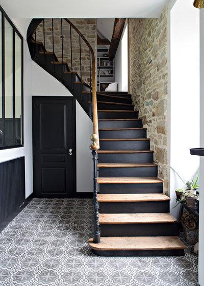 Transitional Staircase by Caroline Désert Décoratrice d'Intérieur