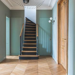 Idées déco pour un escalier courbe classique avec des marches en bois, des contremarches en bois et un garde-corps en bois.