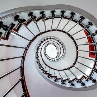 Idées déco pour un très grand escalier hélicoïdal contemporain.