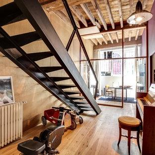 Cette image montre un escalier sans contremarche droit urbain de taille moyenne avec des marches en métal.