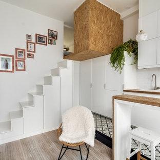 Inspiration pour un escalier droit design de taille moyenne avec des marches en bois et des contremarches en bois.