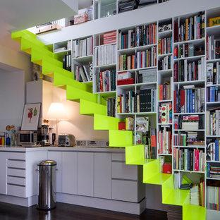 Foto de escalera suspendida, actual, de tamaño medio, con escalones de acrílico