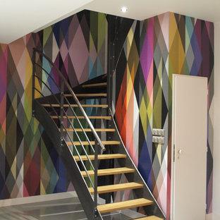 Cette image montre un escalier sans contremarche courbe design de taille moyenne avec des marches en bois.