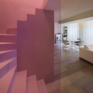 Cette photo montre un escalier courbe tendance de taille moyenne.