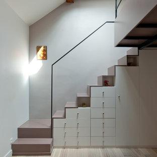 Diseño de escalera en L, contemporánea, de tamaño medio, con escalones de madera pintada