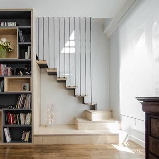 Modelo de escalera en L, actual, de tamaño medio, con escalones de madera y contrahuellas de metal