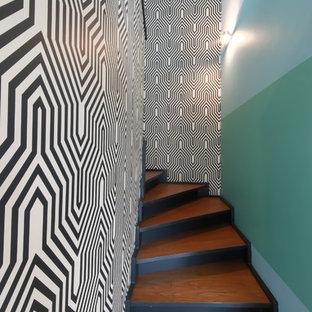 Ejemplo de escalera curva, contemporánea, de tamaño medio, con escalones de madera y contrahuellas de madera