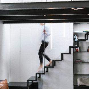 Aménagement d'un escalier sans contremarche droit industriel avec des marches en métal.