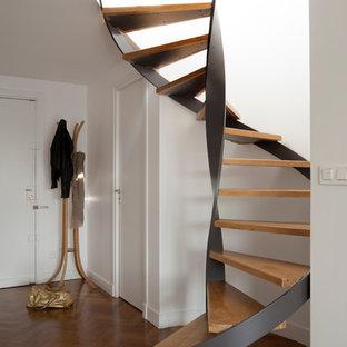 Создайте стильный интерьер: большая винтовая лестница в современном стиле с деревянными ступенями без подступенок - последний тренд