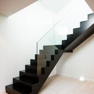 ストラスブールのフローリングのコンテンポラリースタイルのおしゃれなかね折れ階段 (フローリングの蹴込み板) の写真