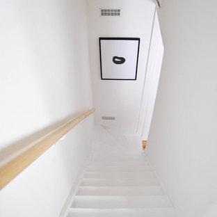 Immagine di una piccola scala a rampa dritta tradizionale con pedata in legno verniciato, alzata in legno verniciato e parapetto in legno