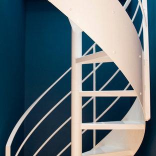パリの小さい金属製のコンテンポラリースタイルのおしゃれな階段 (金属の手すり) の写真