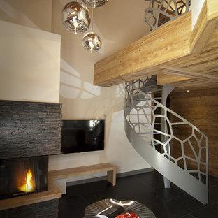 Cette photo montre un escalier sans contremarche hélicoïdal tendance avec des marches en métal et un garde-corps en métal.