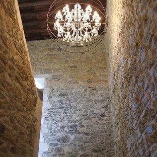 Imagen de escalera en U, de estilo de casa de campo, grande, con escalones de hormigón