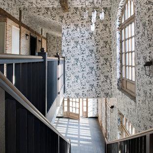 Exemple d'un grand escalier droit chic avec des marches en bois et des contremarches en bois.