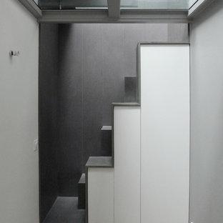 Ejemplo de escalera recta, actual, pequeña, con escalones de acrílico