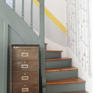 Удачное сочетание для дизайна помещения: угловая лестница среднего размера в стиле ретро с деревянными ступенями и крашенными деревянными подступенками - самое интересное для вас