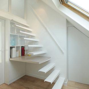 Réalisation d'un petit escalier sans contremarche droit design avec des marches en métal.