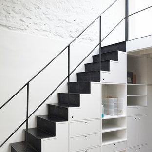 Cette image montre un escalier droit design.