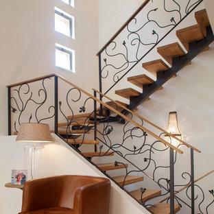 Aménagement d'un grand escalier sans contremarche contemporain en U avec des marches en bois.