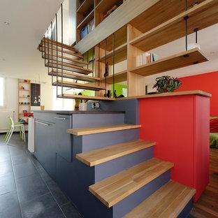 Idées déco pour un escalier sans contremarche flottant contemporain de taille moyenne avec des marches en bois et des rangements.