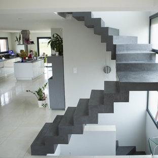 Imagen de escalera curva, moderna, con escalones de hormigón y contrahuellas de hormigón