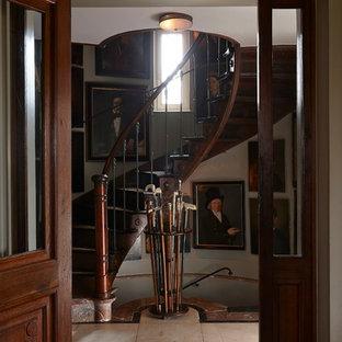 他の地域のヴィクトリアン調のおしゃれな階段の写真