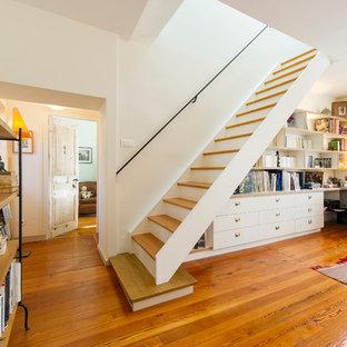 Idée de décoration pour un escalier droit champêtre de taille moyenne avec des marches en bois, des contremarches en bois peint et des rangements.