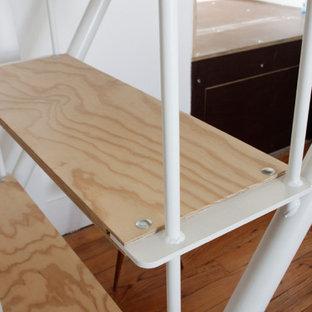Esempio di una piccola scala a rampa dritta nordica con pedata in legno e parapetto in metallo