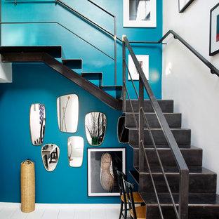 パリの大きい金属製のコンテンポラリースタイルのおしゃれなかね折れ階段 (金属の蹴込み板) の写真