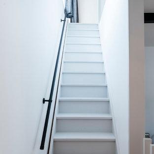 Modelo de escalera recta, minimalista, grande, con escalones de madera pintada y contrahuellas de madera pintada