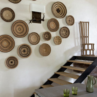 Ispirazione per una piccola scala a rampa dritta tropicale con pedata in legno e nessuna alzata