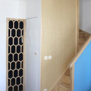 Diseño de escalera curva y papel pintado, clásica renovada, pequeña, con escalones de madera, contrahuellas de madera, barandilla de varios materiales y papel pintado